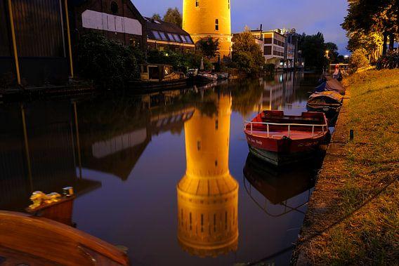 Watertoren Heuveloord weerspiegeld in de Vaartsche Rijn langs de Jutfaseweg in Utrecht