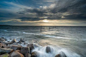 Sonnenuntergang über dem IJsselmeer von Michel Knikker