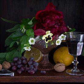 Klassieke setting van fruit, wijn en bloemen in donkere kast van Marion Moerland