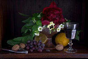 Klassieke setting van fruit, wijn en bloemen in donkere kast van