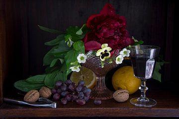 Klassieke setting van fruit, wijn en bloemen in donkere kast von Marion Moerland