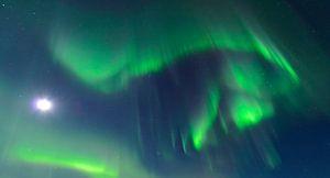 Noorderlicht, poollicht of Aurora Borealis in de nachtelijke hemel boven Noord Noorwegen