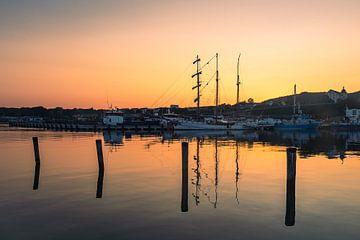 Segelschiff und Fischerboot im Hafen von Sassnitz auf der Insel Rügen am Abend von Rico Ködder