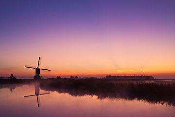 Chaud lever de soleil au moulin sur