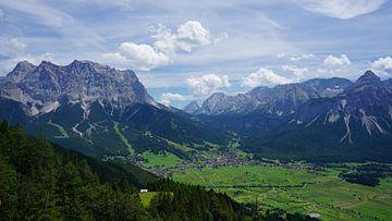 Blick auf die Zugspitze und Ehrwald, Tirol (Österreich) im Sommer von Kelly Alblas