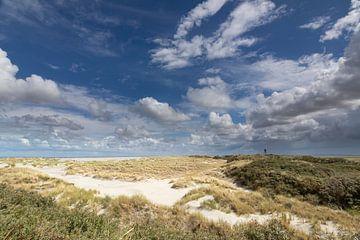 Duinen, zand, blauwe lucht en wolken op het Oerd op Ameland von Anja Brouwer Fotografie
