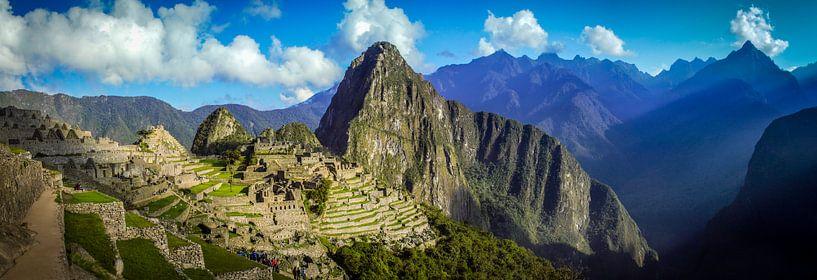 Breed panorama op de verborgen stad Machu Picchu, Peru van Rietje Bulthuis
