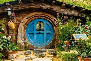 Maison hobbit confortable avec une porte bleue et une fenêtre, Nouvelle-Zélande sur Paul van Putten