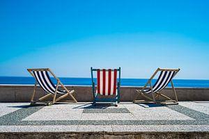 Strandstoelen in de zomerzon van