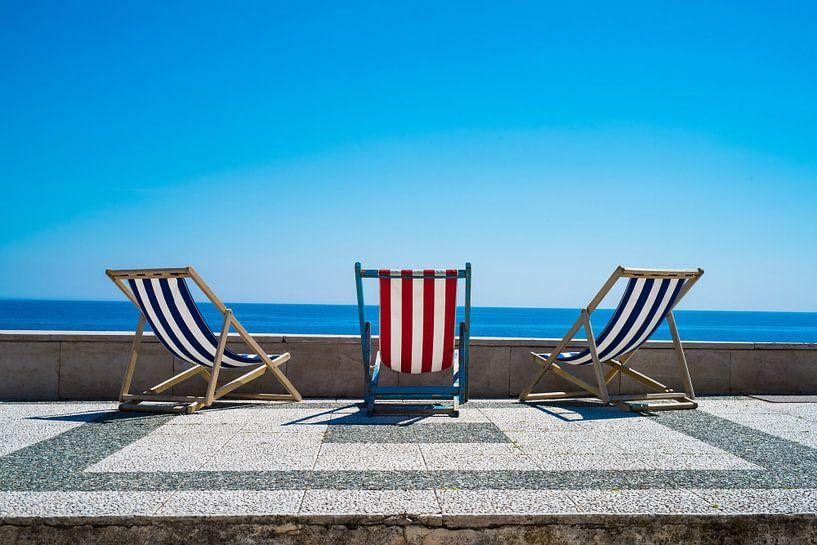Strandstoelen in de zomerzon van Francisca Snel (Cissees)
