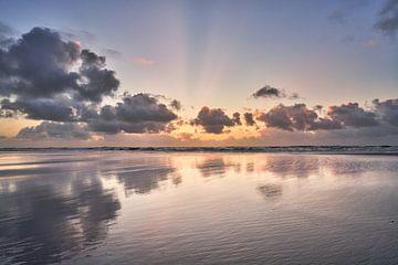 Der Nordseestrand und die Spiegelung der Wolken von eric van der eijk