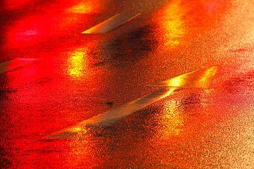 Roter Richtungspfeil im Regen