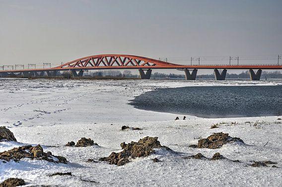 Rode brug in een witte wereld