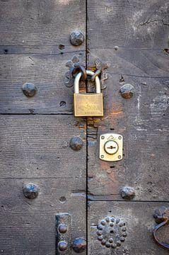 Porte en bois rustique avec cadenas sur Wil Wijnen