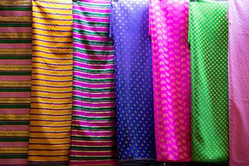 farbenfrohe stoffe auf dem markt in dubai von Karijn Seldam