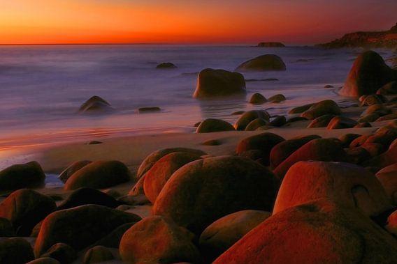 Kleurrijk laatste licht na zonsondergang aan de kust van Kaapstad