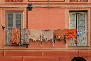 Monochrome uitstalling van wasgoed voor zelfde kleur gevel. van