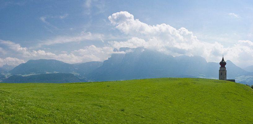 Kerktoren in de Alpen van Rene van der Meer