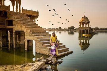 Vrouw bij de tempels van Jaisalmer van Paula Romein