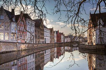 Spiegelrei en Spinolarei met reflectie in het water, Brugge van Daan Duvillier