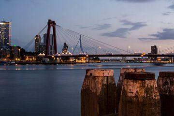Willemsbrug Rotterdam in de avond van Rouzbeh Tahmassian