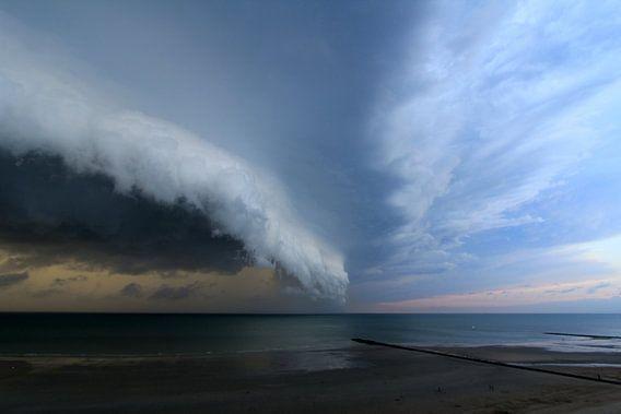 Spectaculaire unieke Shelf Cloud over zee