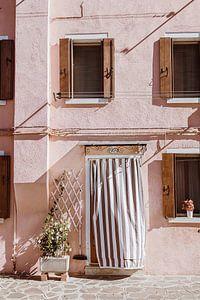 Roze huis in Burano   reisfotografie Italië van Anne Verhees