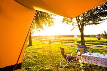 Uitzicht uit tent bij zonsondergang, bohemien sfeer van Christine van Rooijen