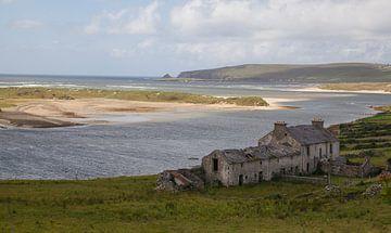 Ierse kust met mooi licht en eenzaam huis von Marja Verbaan