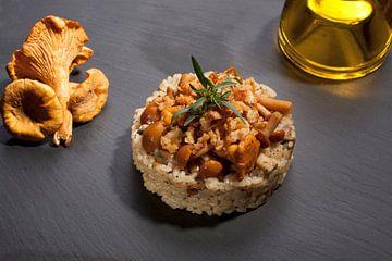 Sfeervol gerecht van risotto met paddestoelen van