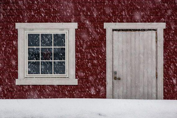 Noors hutje in de sneeuw - Vesterålen, Noorwegen van Martijn Smeets