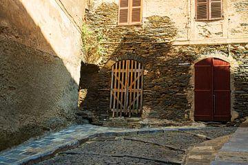 Nauw steegje op Corsica van Youri Mahieu