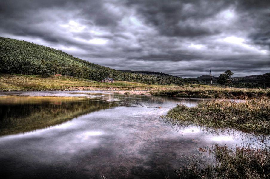 Typisch Schots landschap aan de rivier de Dee van Hans Kwaspen