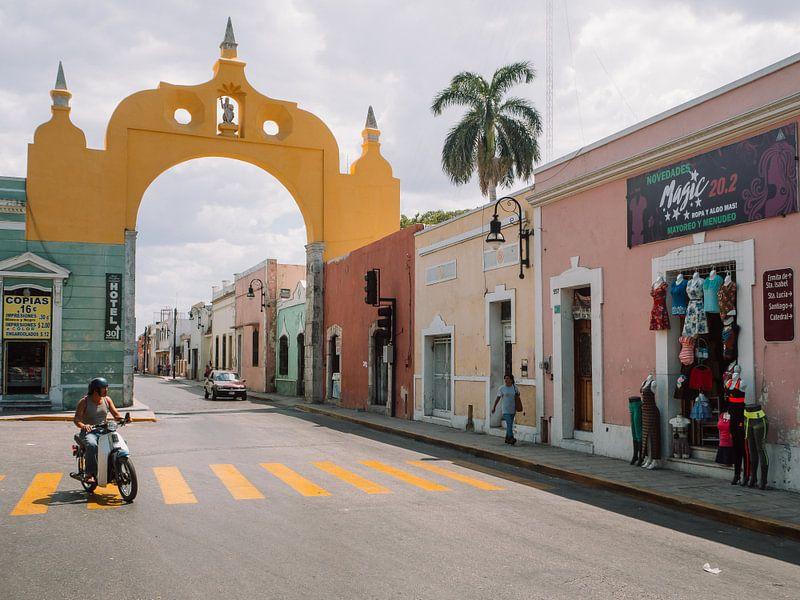 Mexicaanse straat met gele boog / poort boven de weg in Mérida, Yucatán. van Michiel Dros