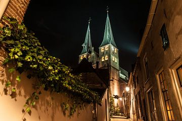 Deventer bij nacht met de Bergkerk van Robert de Jong