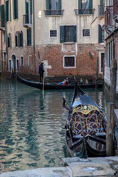 Gondoles dans la vieille ville de Venise, Italie sur Joost Adriaanse