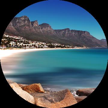 Strand Camps Bay in Kaapstad van Heleen van de Ven