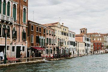 De pittoreske straatjes van Venetië in Italië aan het water van Art Shop West
