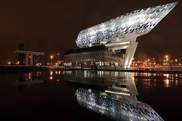 Antwerpener Hafenhaus bei Nacht