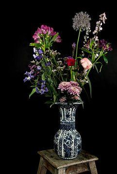 Modernes Stillleben Feld Bouquet in Delfter Blau von Marjolein van Middelkoop