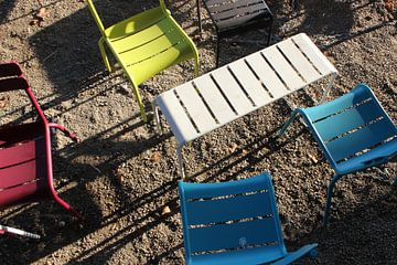 Delft, tafel en stoelen op terras Aula Technische Universiteit Delft van Anita Bastienne van den Berg