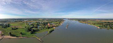 Luchtfoto panorama van slot Loevestein en de rivier de Merwede in Nederland van Nisangha Masselink