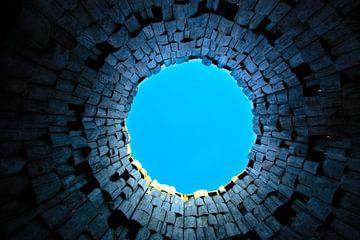 Vreemde poort en trompet in de lucht. Donkere tunnel en blauwe lucht, symbool van de dood van Michael Semenov