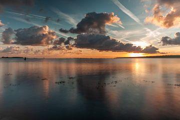 zonsopkomst aan een meer van Björn van den Berg