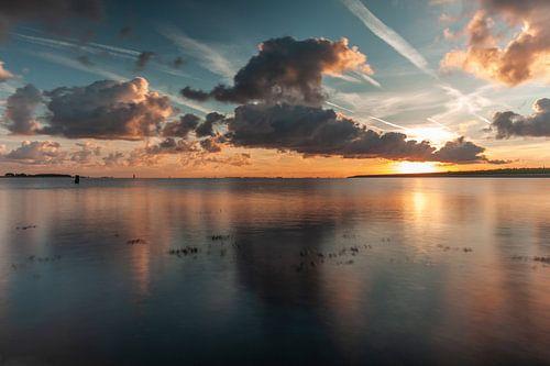 zonsopkomst aan een meer