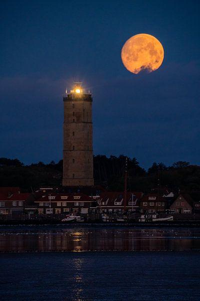 Volle maan boven de Brandaris van Marjolein van Roosmalen