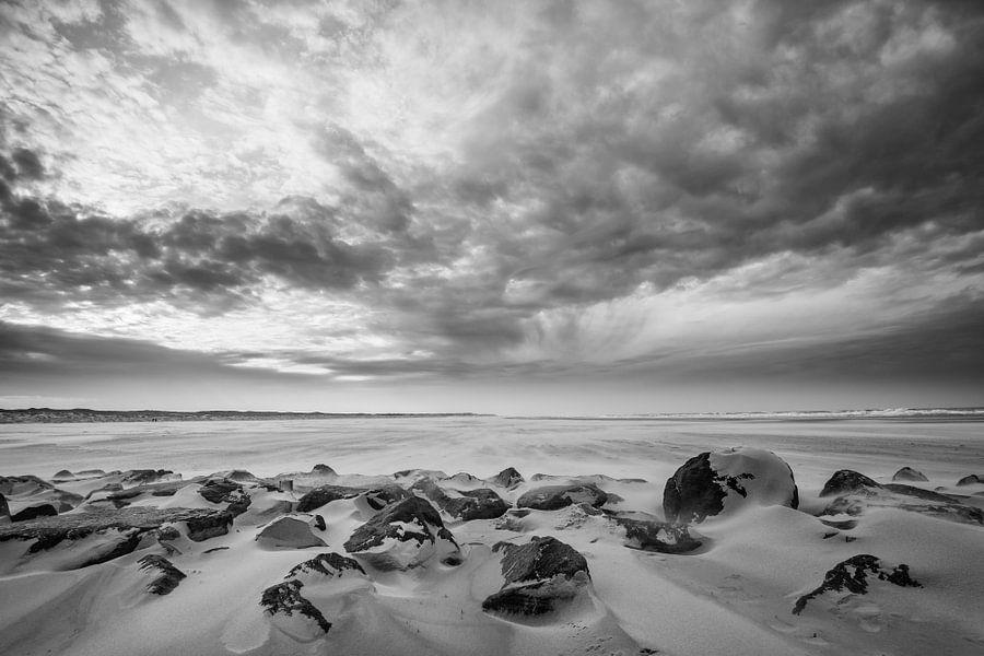 Storm op het strand 07 zwart wit van Arjen Schippers