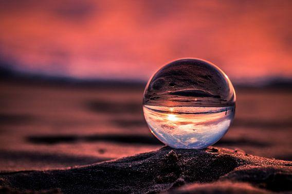 Paarse zonsondergang door een kristallen bol