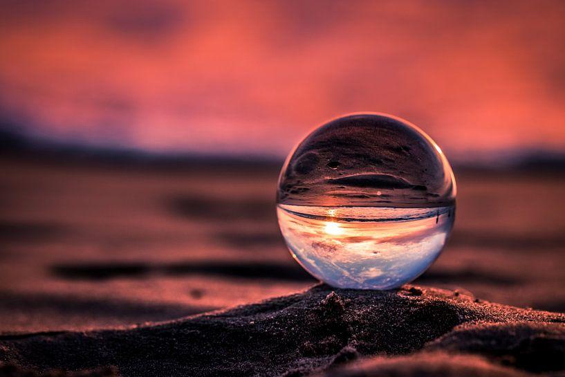 Paarse zonsondergang door een kristallen bol van Rob Eijfferts