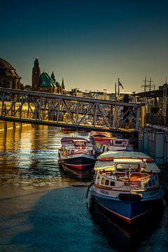 De Hamburgse Landungsbrücken in de ochtend. van Ingo Boelter